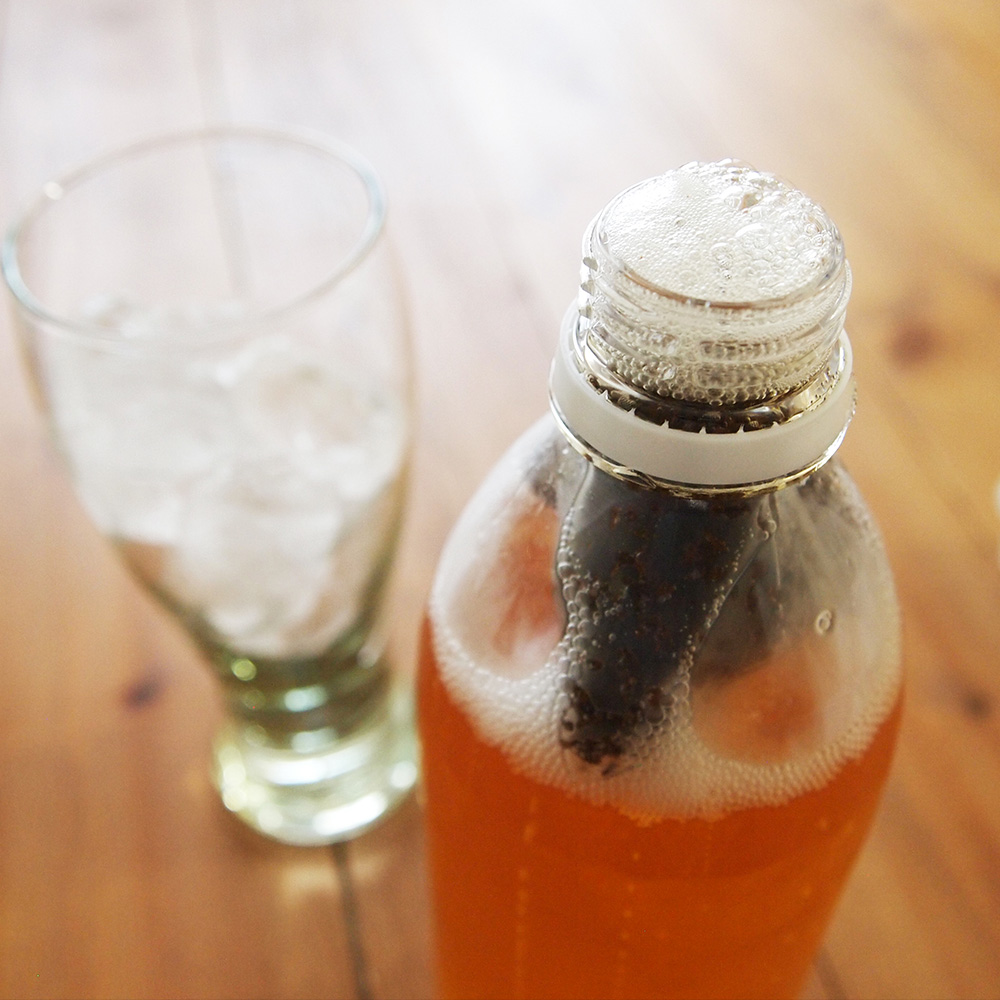 ペットボトルのフタ開けるときは注意