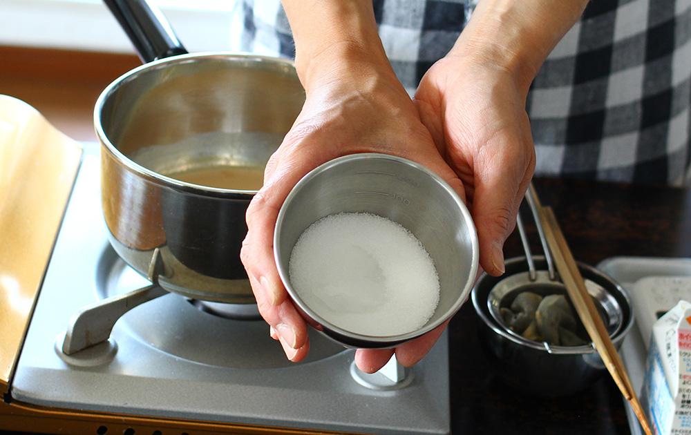 生クリーム、グラニュー糖、水あめを加える