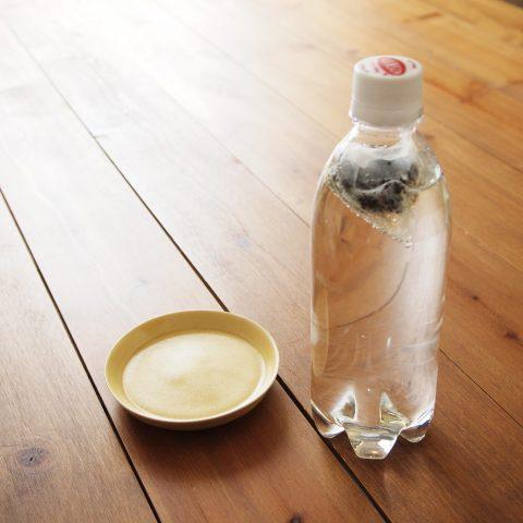 炭酸水のペットボトルにティーバッグを入れる